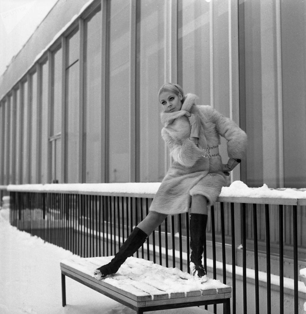 Modelka předvádí módní kolekci z ruských kožešin z roku 1968.