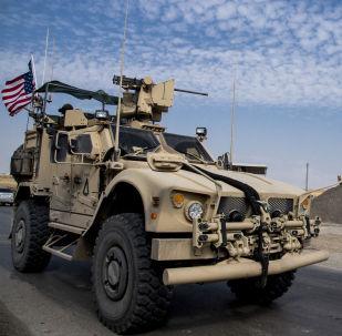 Americká hlídka u ropných ložisek v Sýrii