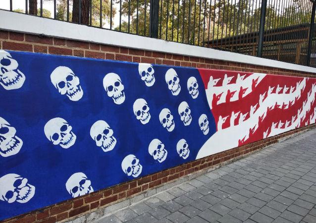 V Teheránu se objevilo nové graffiti před bývalým americkým velvyslanectvím