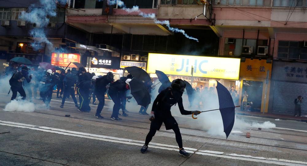 Policie proti demonstrantům v Hongkongu používá slzný plyn (ilustrační foto)