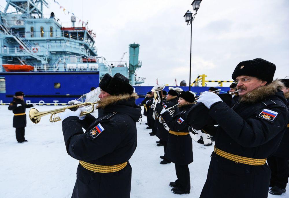 Vystoupení vojenského orchestru během slavnostního ceremoniálu vztyčení vlajky na prvním nejaderném elektrickém ledoborci Ob