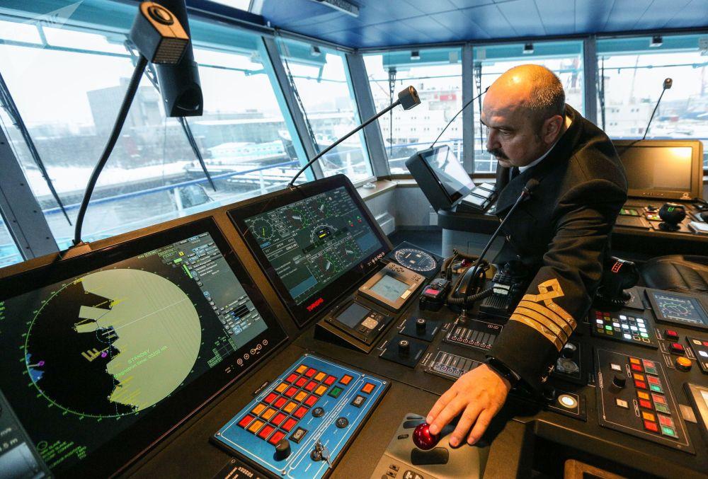 Kapitán lodi, Alexander Bojkov, pilotuje první nejaderný diesel-elektrický ledoborec Ob
