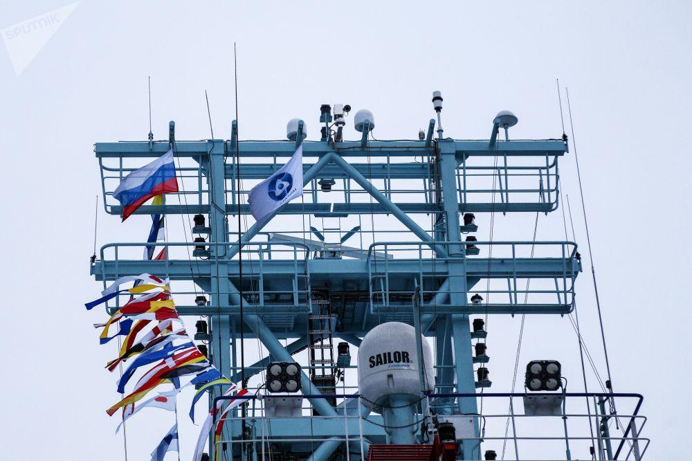 Vztyčení vlajky na prvním nejaderném ledoborci Ob