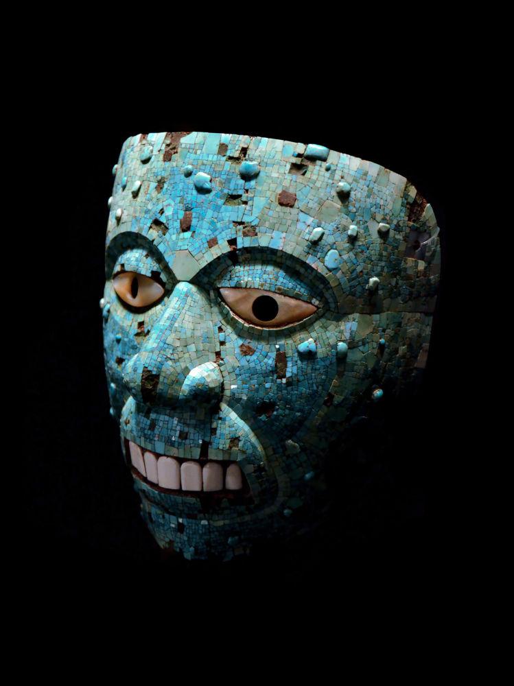 Tyrkysová mozaická maska boha ohně Xiuhtecuhtli, která ke k vidění v Britském muzeu
