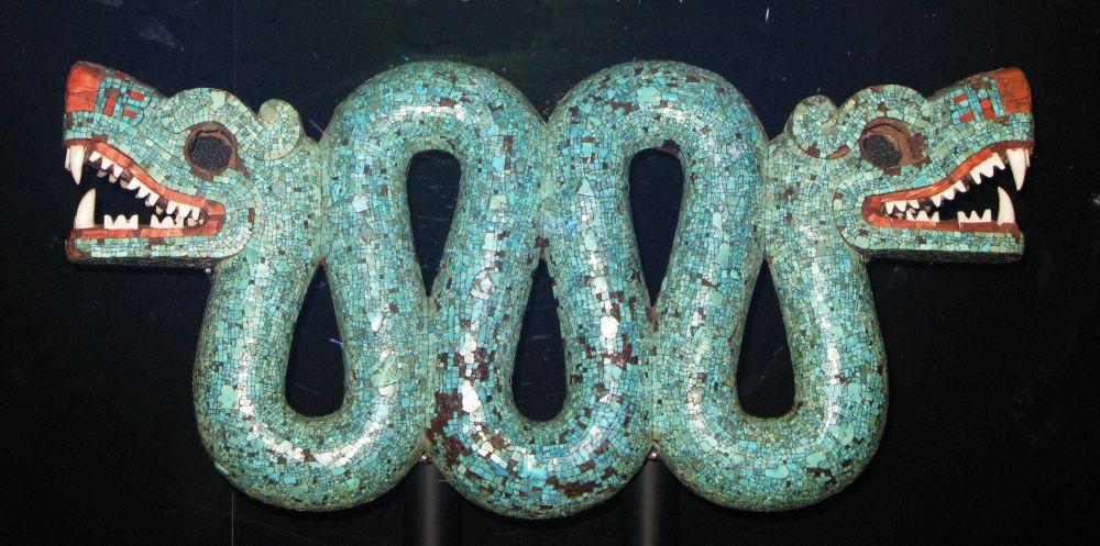 Aztécký dvouhlavý had vyrobený z tyrkysu ze sbírky Britského muzea
