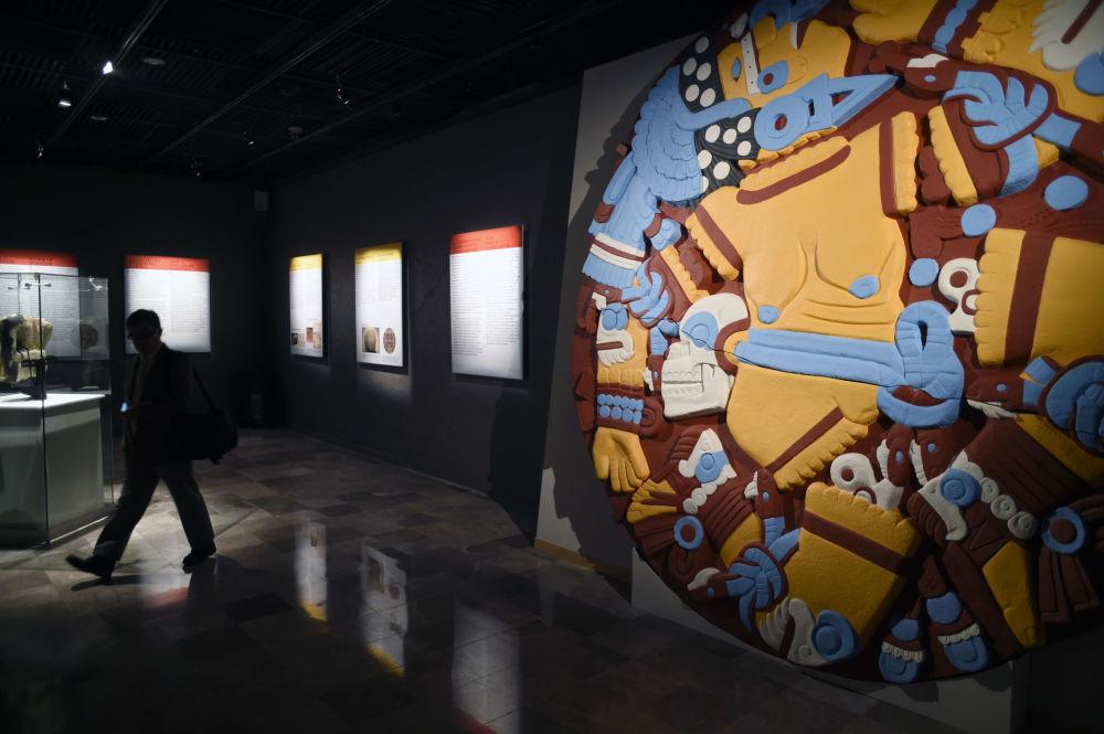 Fragment výstavy Barvy velikého Tenochtitlánu (El Colorido de la Gran Tenochtitlan) v muzeu Templo Mayor