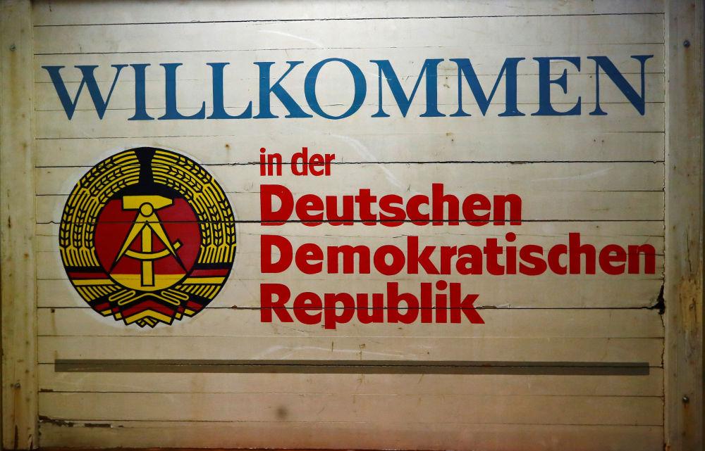 """Značka s nápisem """"Vítejte v Německé demokratické republice"""" v Muzeu NDR v Pirnu, Německo"""