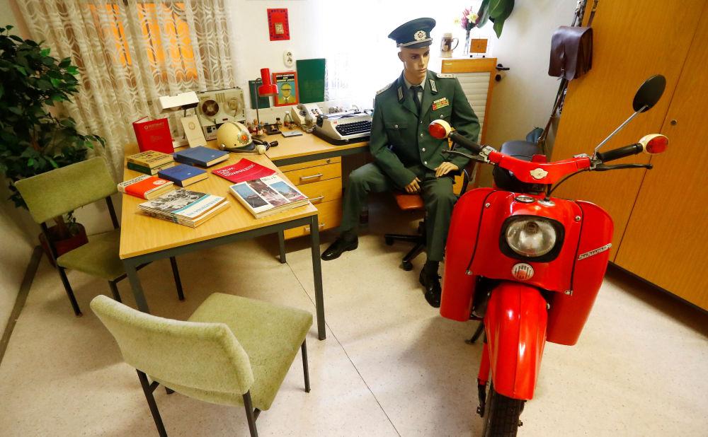 Panenka zobrazující zaměstnance Lidové policie NDR v Muzeu NDR v Pirnu, Německo