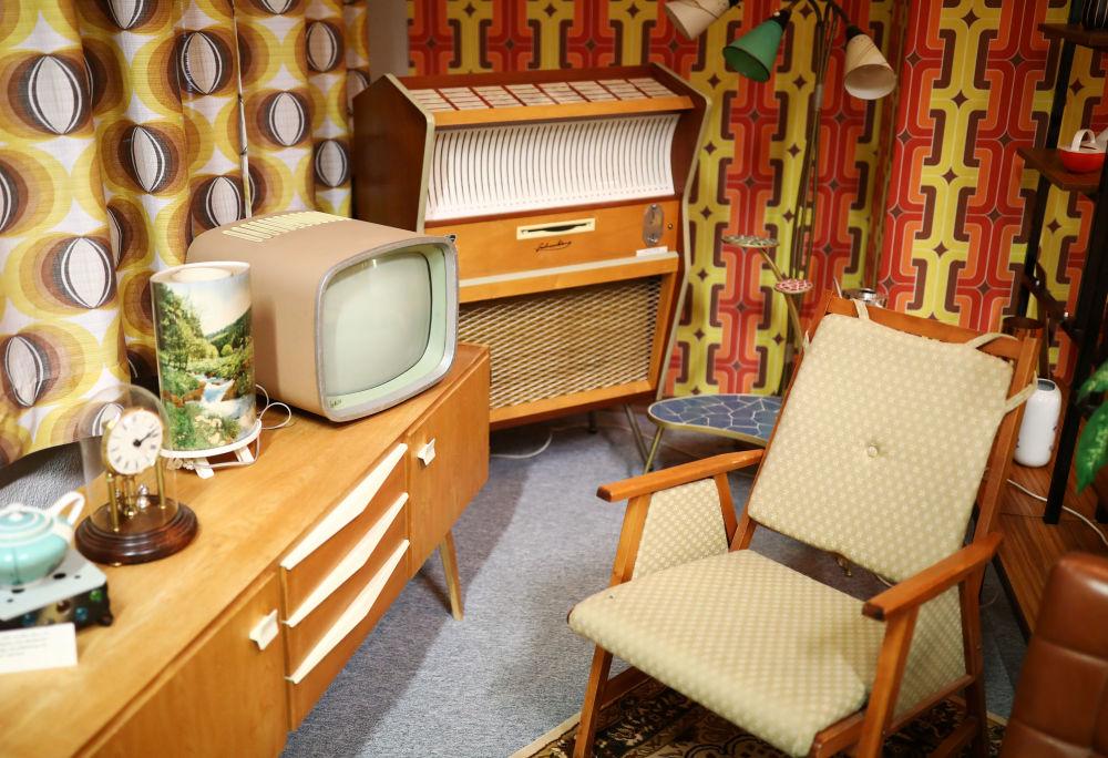 Obývací pokoj v obytné budově v NDR. Muzeum NDR v Pirnu, Německo