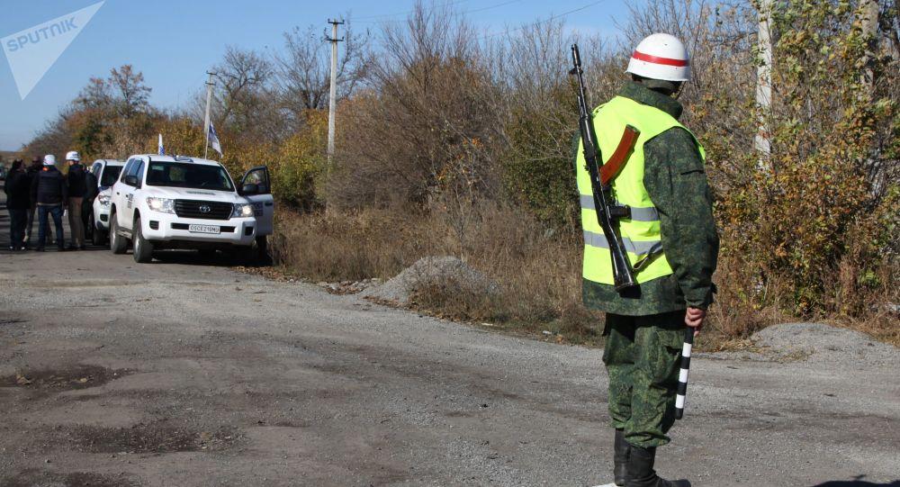 Pozorovatelé OBSE u obce Petrovske v Donbasu