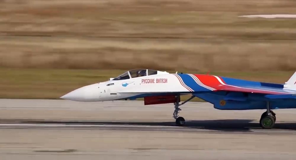 Ruské letectvo testuje manévrovatelnost nejnovější stíhačky Su-35S. Podle USA je jedním z nejlepších ruských letadel