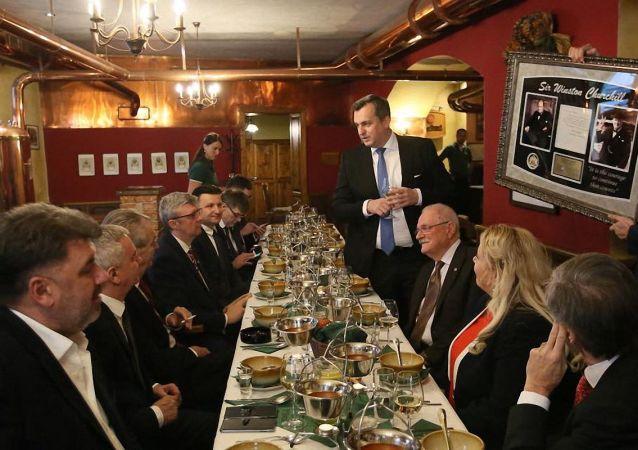 Andrej Danko daruje Miloši Zemanovi vlastnoručně napsaný dopis Winstonem Churchillem