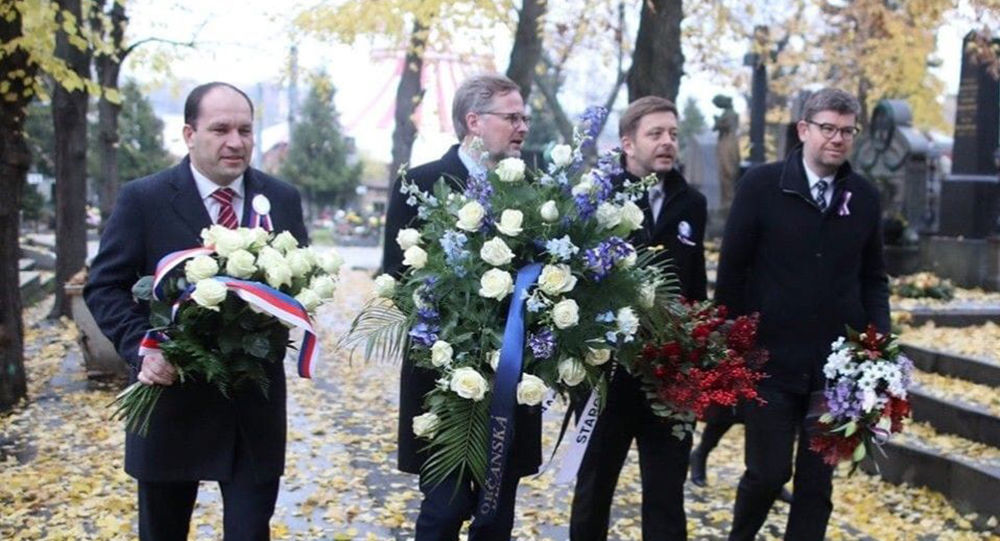 Zástupci české opozice Marek Výborný (KDU-ČSL), Petr Fiala (ODS), Vít Rakušan (STAN) a Jiří Pospíšil (TOP 09) kladou věnce k hrobu exprezidenta Václava Havla.