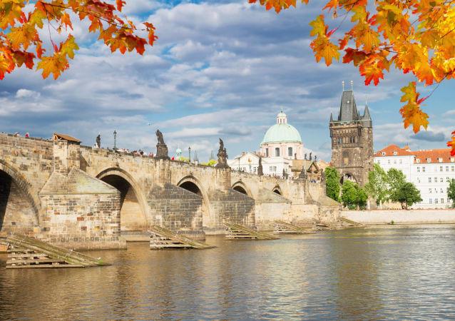 Výhled na Karlův most v Praze
