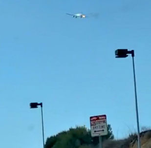 Na internetu se dnes objevilo video s Boeingem 777 společnosti Philippine Airlines, který začal hořet po vzletu z Los Angeles.