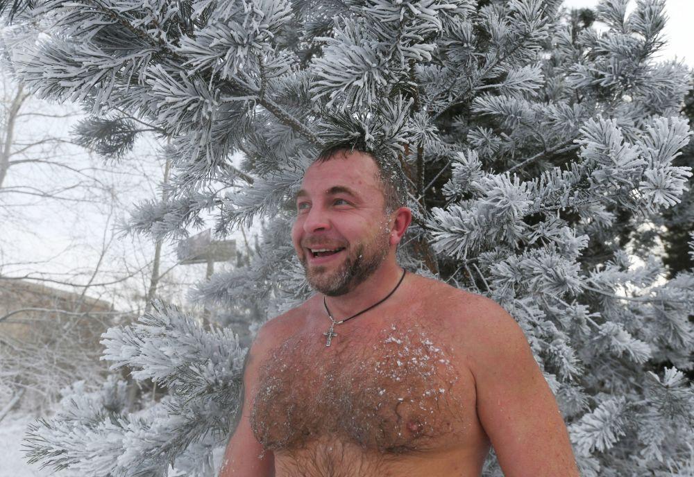 Člen Centra zimního plavaní Kriofil během tréninku v řece Jenisej. Teplota je 20 stupňů pod nulou