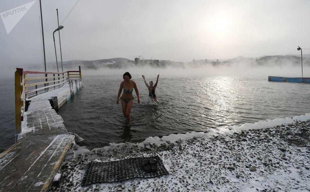 Zahájení koupací sezony otužilců v Krasnojarsku, Rusko