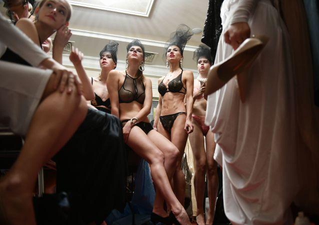 Modelky před módní přehlídkou na krymském týdnu módy v Jaltě