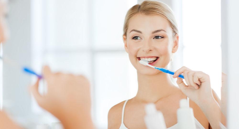 Žena si čistí zuby