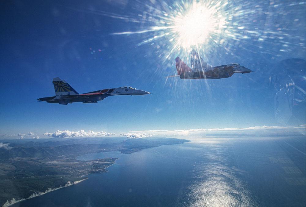 Dvojice MiG-29 a Su-27 akrobatických tymů Striž a Russkije viťazi nad Černým mořem