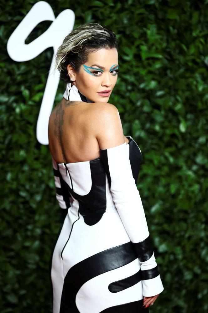 Zářivější než hvězdy: Herečky a modelky v úchvatných šatech na červeném koberci The Fashion Awards v Londýně