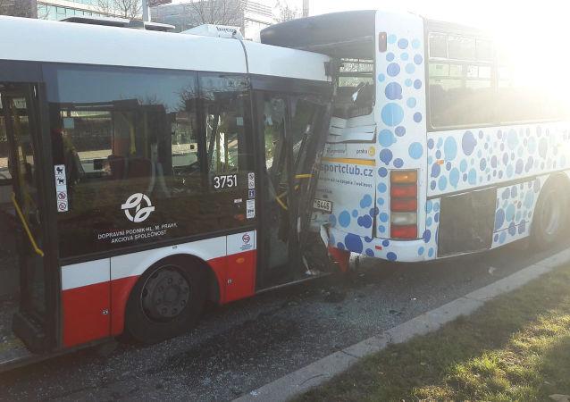 Nehoda dvou autobusů v Praze