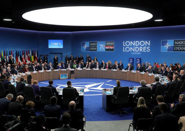 Hlavy členských států NATO se účastní plenárního zasedání summitu NATO v Londýně