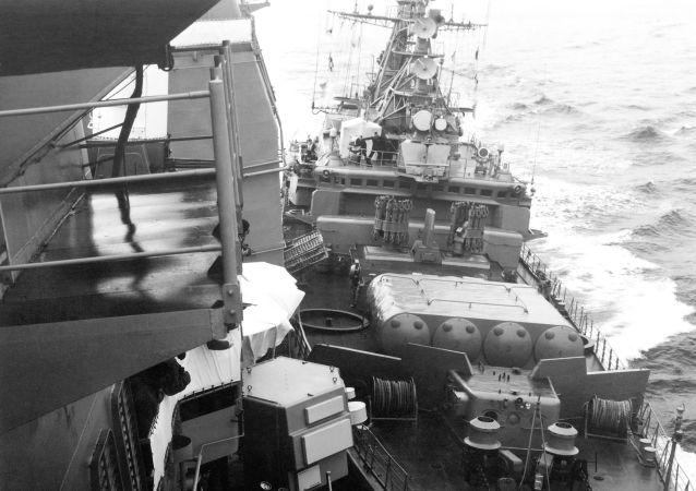 Strážní člun Bezzavětnyj při srážce s americkým raketovým křižníkem Yorktown