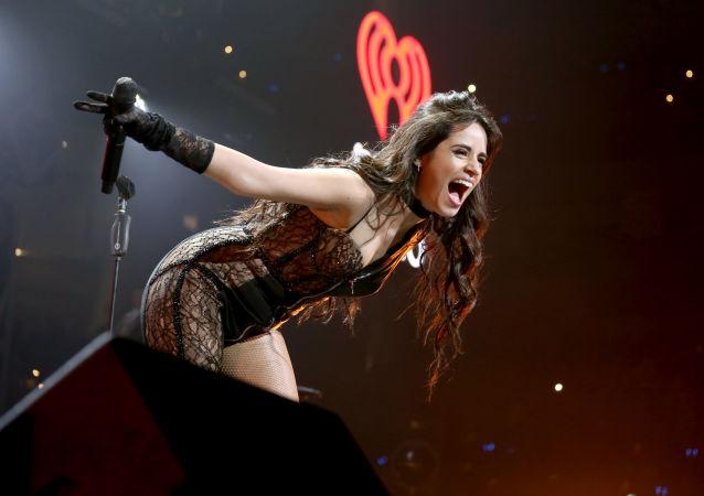 Zpěvačka Camila Cabellová během jejího vystoupení v Dallasu