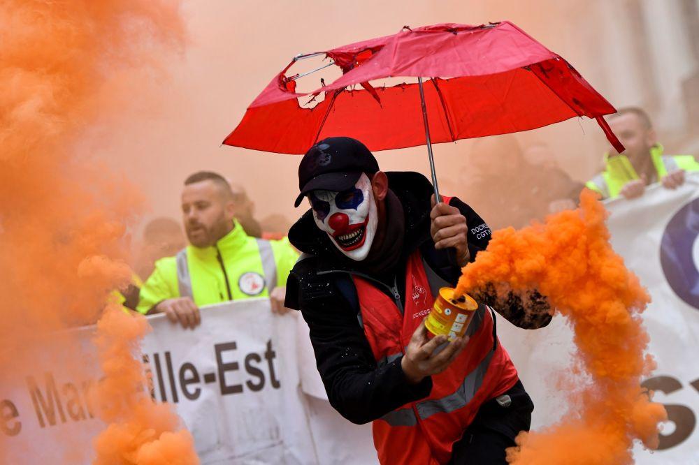 Muž v masce klauna protestuje proti důchodové reformě v Marseille ve Francii.
