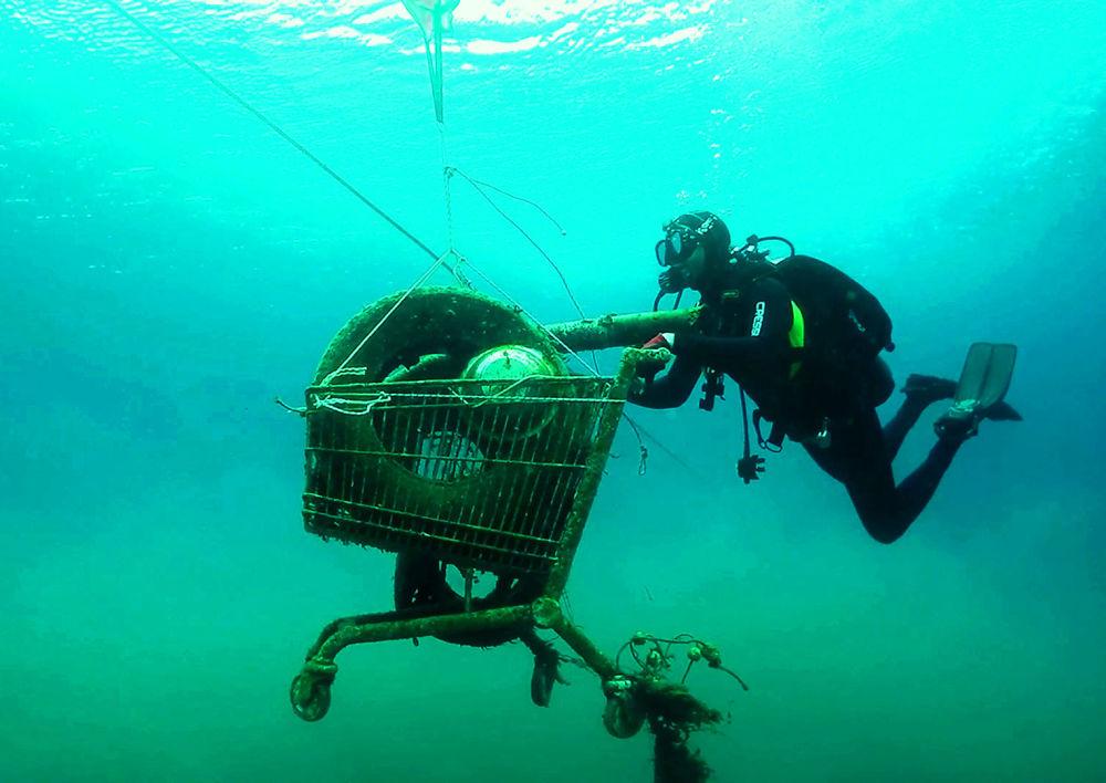 Dobrovolníci řecké organizace Aegean Rebreath sbírají odpadky pod vodou během operace na ochranu biodiverzity Egejského moře před odpadem v okolí ostrovu Zakynthos.