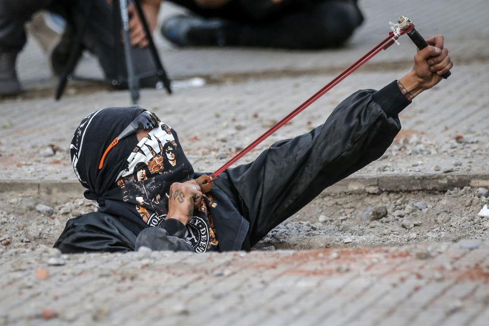 Feministka s prakem během protestní akce proti genderovému násilí a patriarchátu v Santiagu, Chile.