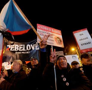Účastníci masové protestní akce požadující demise premiéra Andreje Babiše v Praze