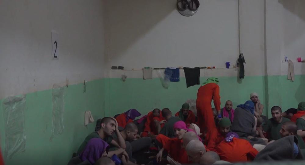 Jak bydlí vězni podezřelí ze spojení s IS. Jsou mezi nimi i Evropané. Unikátní záběry přímo z cely