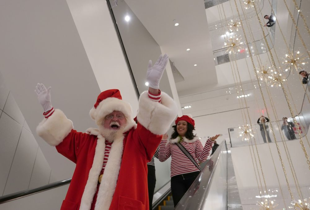 Santa Claus na eskalátoru v obchodě Nordstrom v New Yorku