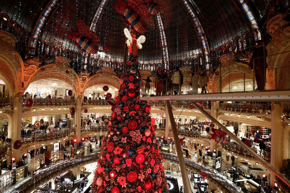 Vánoční strom v obchodním domě Galeries Lafayette v Paříži
