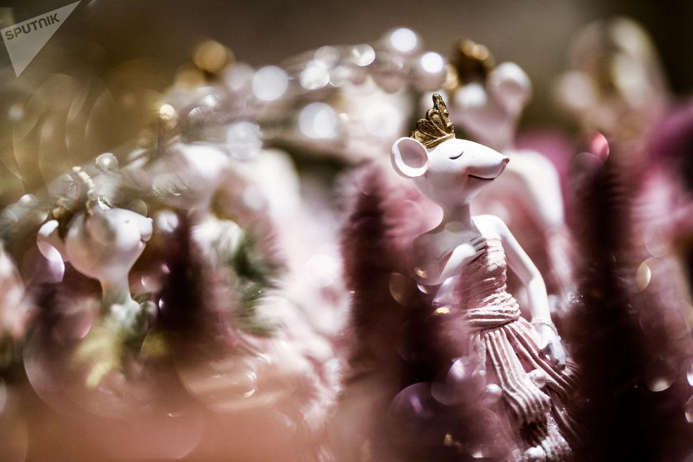 Porcelánová figurka myši na novoročním trhu v CUMu, Moskva