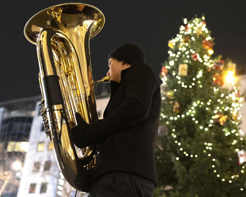 Muzikant hraje na trumpetu na vánočním trhu ve Vídni