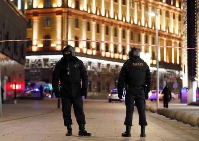 Policie u budovy FSB v Moskvě