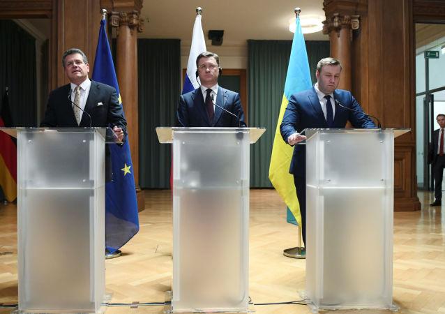 Místopředseda Evropské komise Maroš Šefčovič, ruský ministr energetiky Alexandr Novak, ministr energetiky a ochrany životního prostředí Oleksij Oržel na tiskové konferenci po třístranných jednáních o plynu mezi EU, Ruskem a Ukrajinou v německém Berlíně