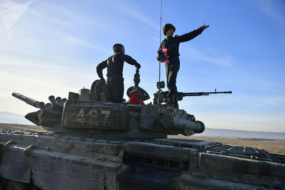Vojáci pobřežní obrany Černomořské flotily na tanku T-72B3