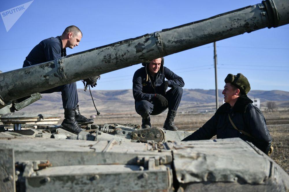 Vojáci pobřežní obrany Černomořské flotily u tanku T-72B3