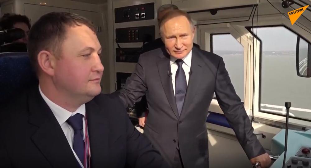 Video: Putin v kabině strojvedoucího slavnostně otevřel Krymský most a jako první jím projel