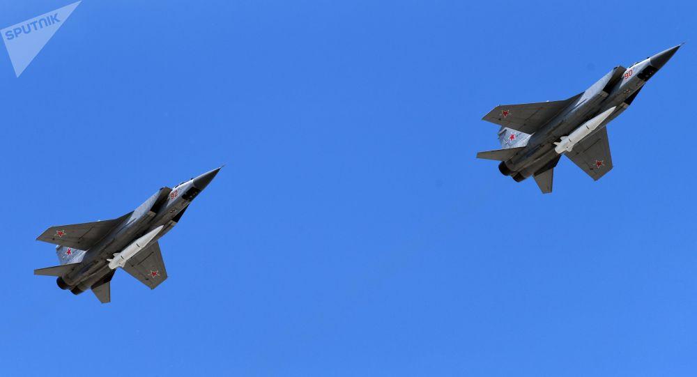 Stíhačky MiG-31 s raketami Kinžal