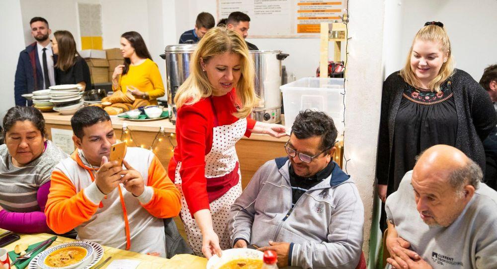Slovenská prezidentka Zuzana Čaputová rozdává jídlo bezdomovcům