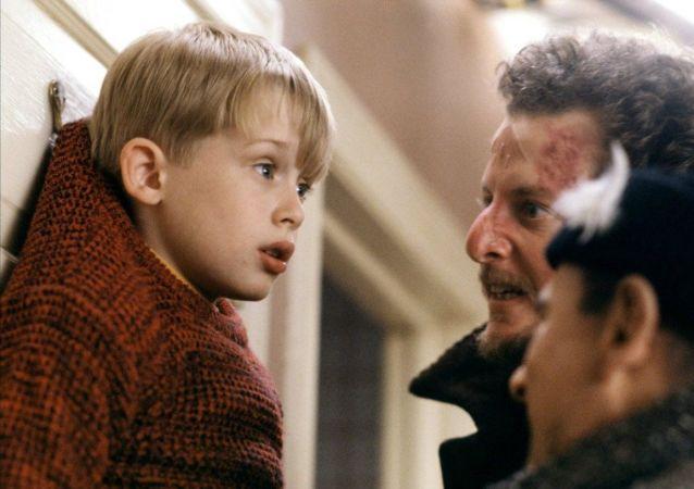Snímek z filmu Sám doma