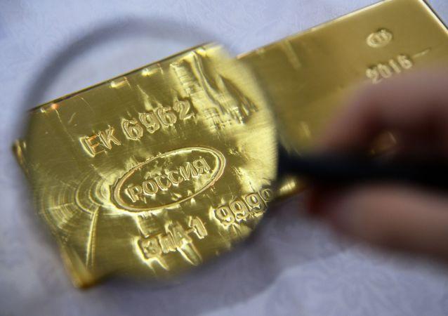 Slitek zlata na závodě v Jekatěrinburgu