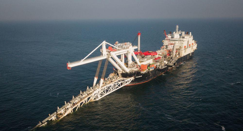 Loď společnosti Allseas, která pokládá plynovod Nord Stream 2 po dně Baltského moře.
