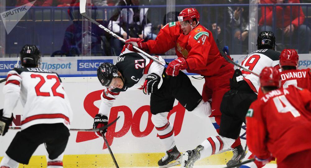 Barrett Hayton a Grigorij Děnisenko během zápasu.