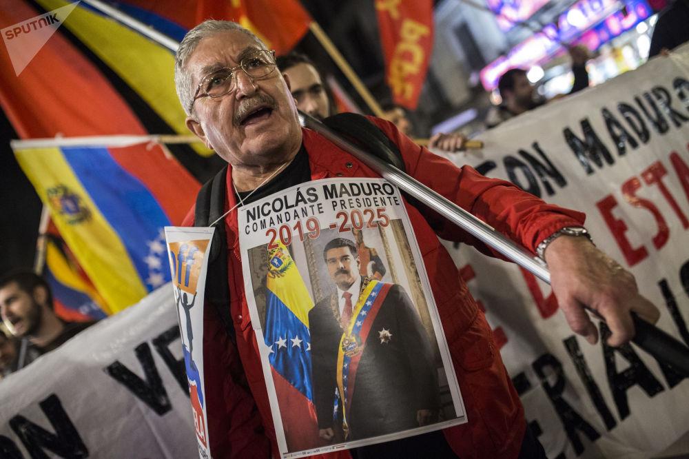 Účastník akce na podporu legitimního venezuelského prezidenta Nicoláse Madura v Madridu